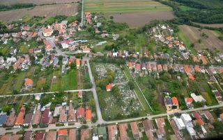 Letecký snímok cintorína v obci Abrahám