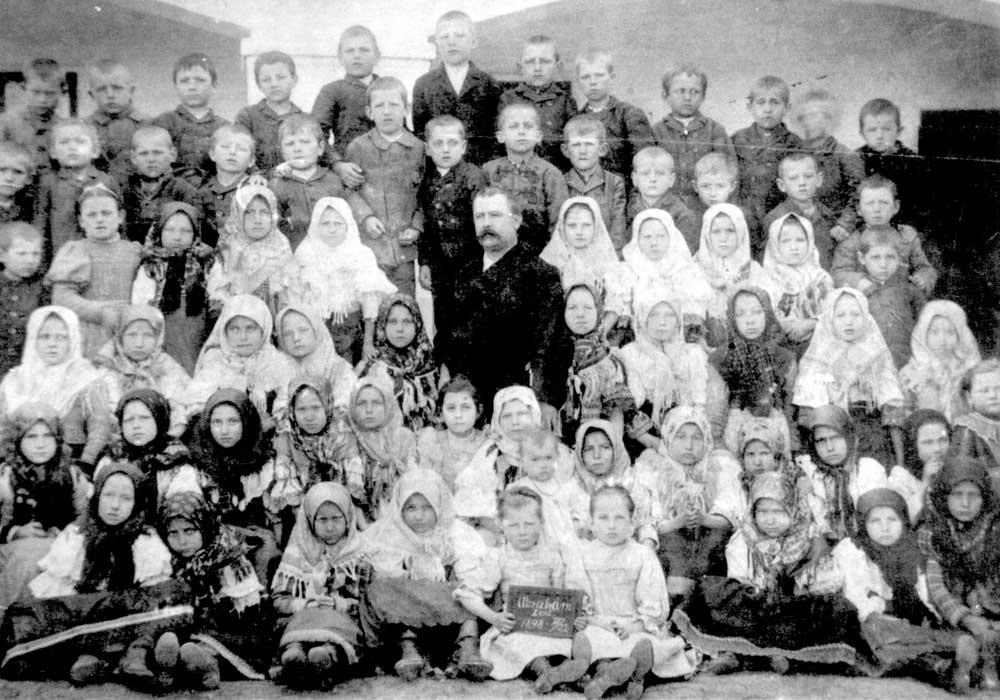 Učiteľ František Holásek so žiakmi v roku 1898