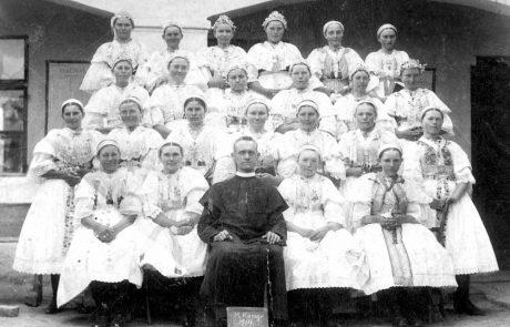 Členky Mariánskej kongregácie v roku 1914 so správcom fary A. Brázdom