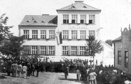 Budova novej školy z roku 1930 pri vysviacke