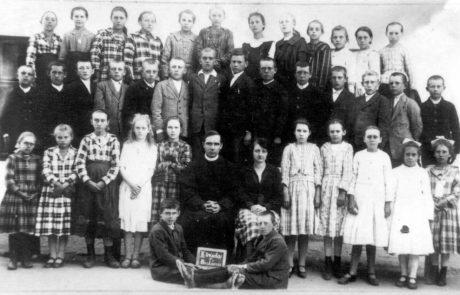 Učiteľka Mária Porubčanová a správca fary Augustín hujsa v školskom roku 1923-24