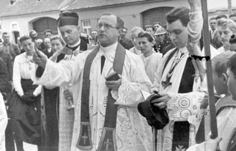 Tomáš Stolár, správca fary v rokoch 1941 - 1950 (prvý zľava)