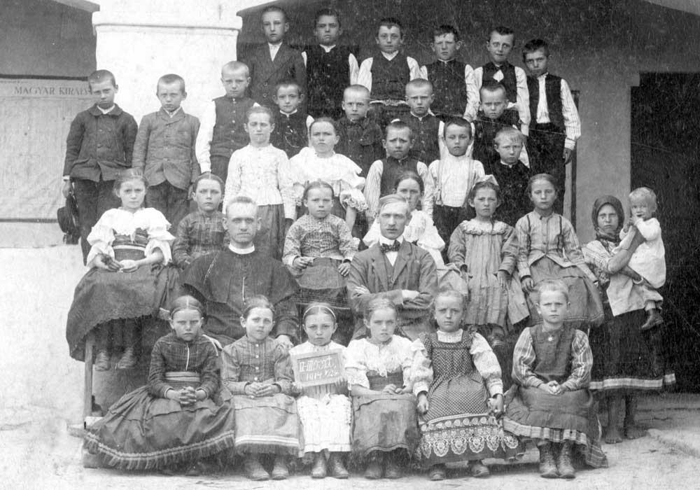 Žiaci 2. a 3. ročníka školy z 24.5.1914 s A. Brázdom
