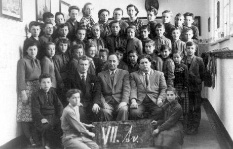 Žiaci 7. ročníka školy z roku 1956