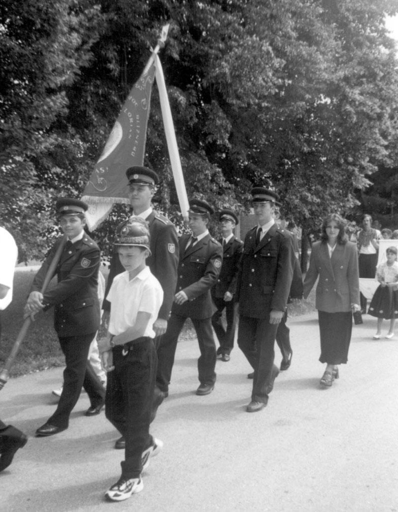 Hasiči so zástavou pri vysviacke obecných symbolov 1999